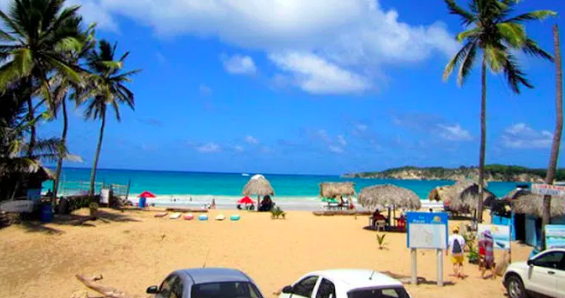 Dominicanos visitan Playa Macao
