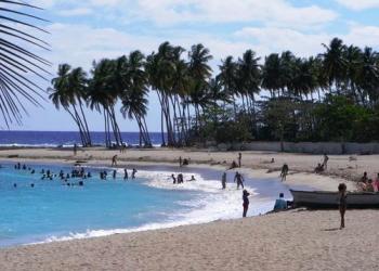 Miles de personas se trasladan a las playas los fines de semana.