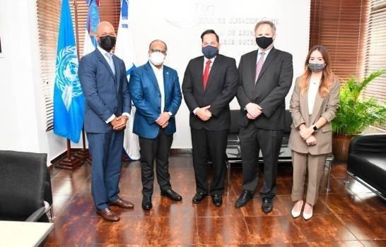 El director de la JAC, José Marte Piantini (segundo de izquierda a derecha) junto a ejecutivos de Jet Blue. Fuente externa